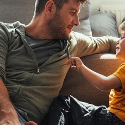 Meu filho finge que não me escuta: o que posso fazer?